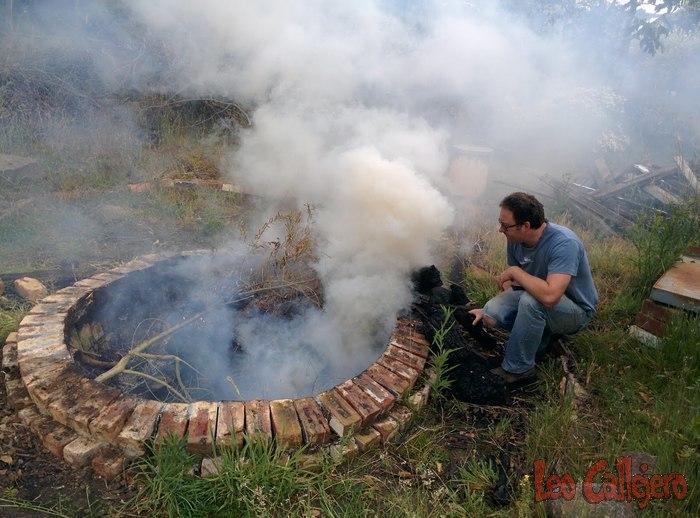 Australia (Tasmania) – Haciendo carbón vegetal